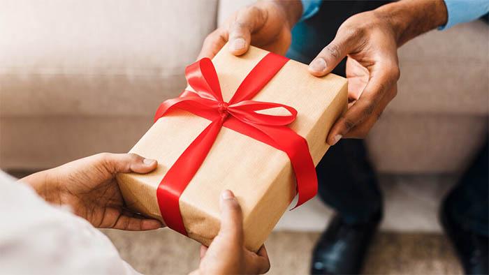 هدایای والدین خود را تحویل بگیرید